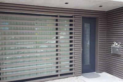 Lattung vor Festverglasung abnehmbar. Auch Fensterelement und Haustüre wurden erneuert.