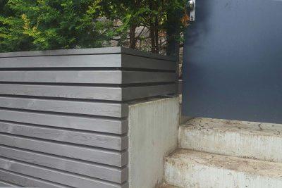 Lärchenschalung in Rhombusform. Lasuranstrich Grau-Aluminium.