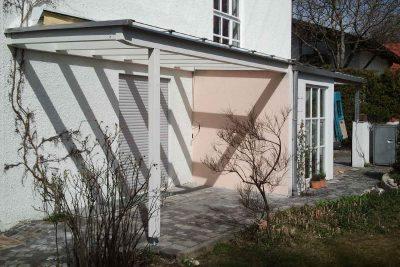 Dachverglasung mit Aussparung für Markisenkurbel und Kletterpflanze.