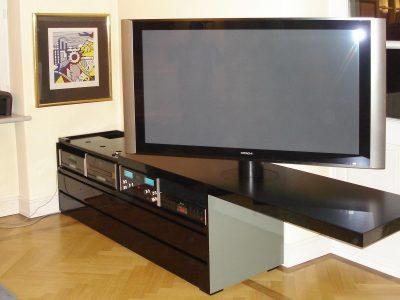 TV Sidebord mit ausziehbarer Deckplatte und drehbarem TV Fuß. Schwarz hochglanz lackiert