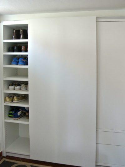 Garderobenschrank mit Schiebetür, Schüben und Drehtüre.