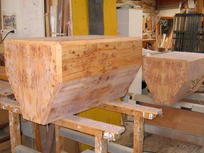 Lautsprecherboxen mit Eibenfurnier belegt, vor der Lackierung.