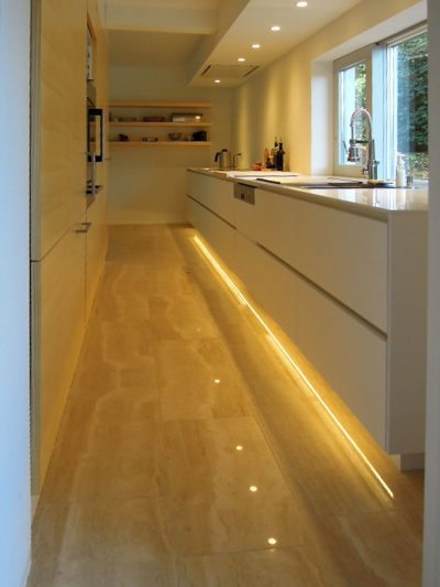 Schmalen Raum zu Küche umgestalten. Fensterseite über Schübe zu nutzen. Schiebefenster in Eigenproduktion.