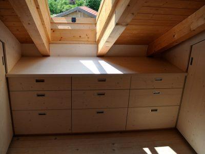 Ankleide in Dachschräge mit Schiebetüren und Schubelement