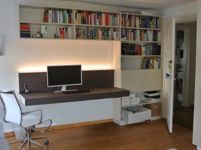 Home Office mit Möbellinoleum belegt. Regal lackiert