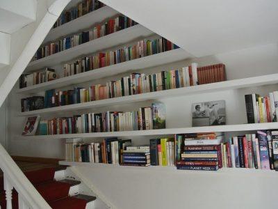 Treppenregal Fachböden unsichtbar befestigt