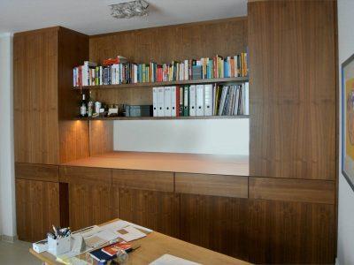 Büroschrank Nußbaum massiv- furniert. Platte mit Möbellinoleum belegt.