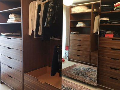 Zwei gegenüberliegende Ankleiden mit Schiebefronten. Mittlere Türen mit Spiegel belegt.