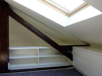 Regal mit Schubelement in Dachschräge. Weiss lackiert