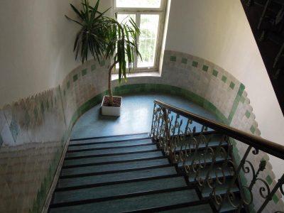 Treppenhaussanierung: Vorgefundener Zustand über vier Stockwerke