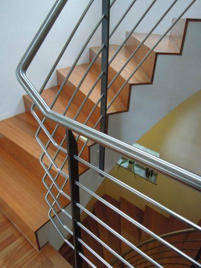 Ehemalige Steintreppe mit Doussie belegt. Stufen auf Gehrung verleimt.