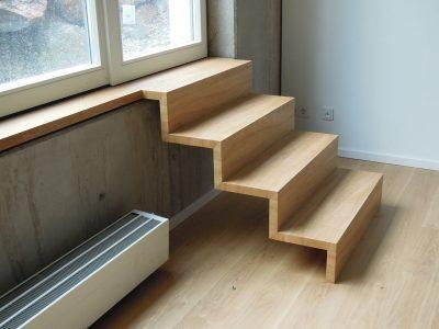 Fensterbank mit integrierter Ausgangstreppe auf Gehrung verleimt. Stabplatte Eiche dicktenfurniert, geölt